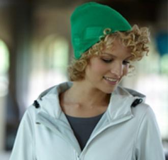 Плетена шапка с декорация