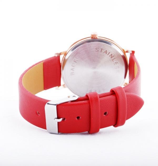 Червен часовник с римски цифри