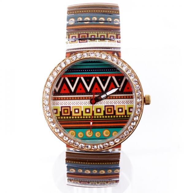 Часовник с цветна каишка