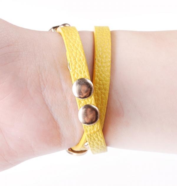 Жълт часовник с цветни камъни