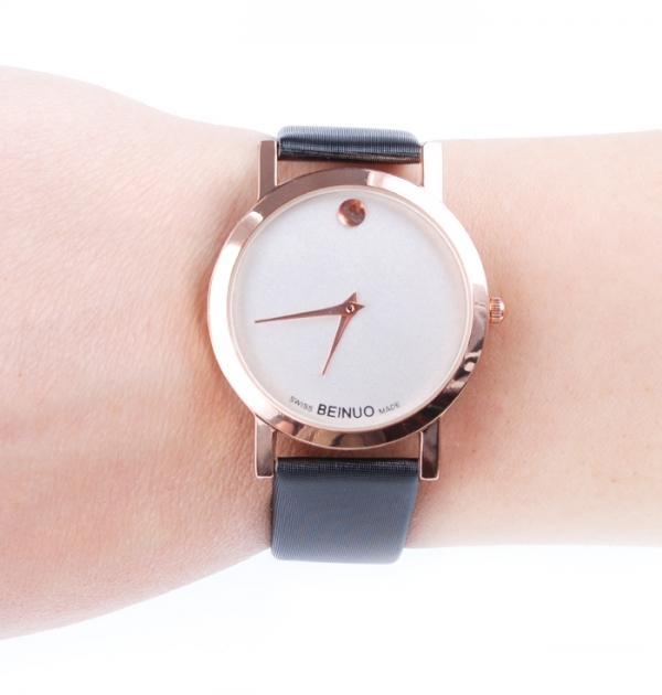 Стилен черен часовник с бял циферблат